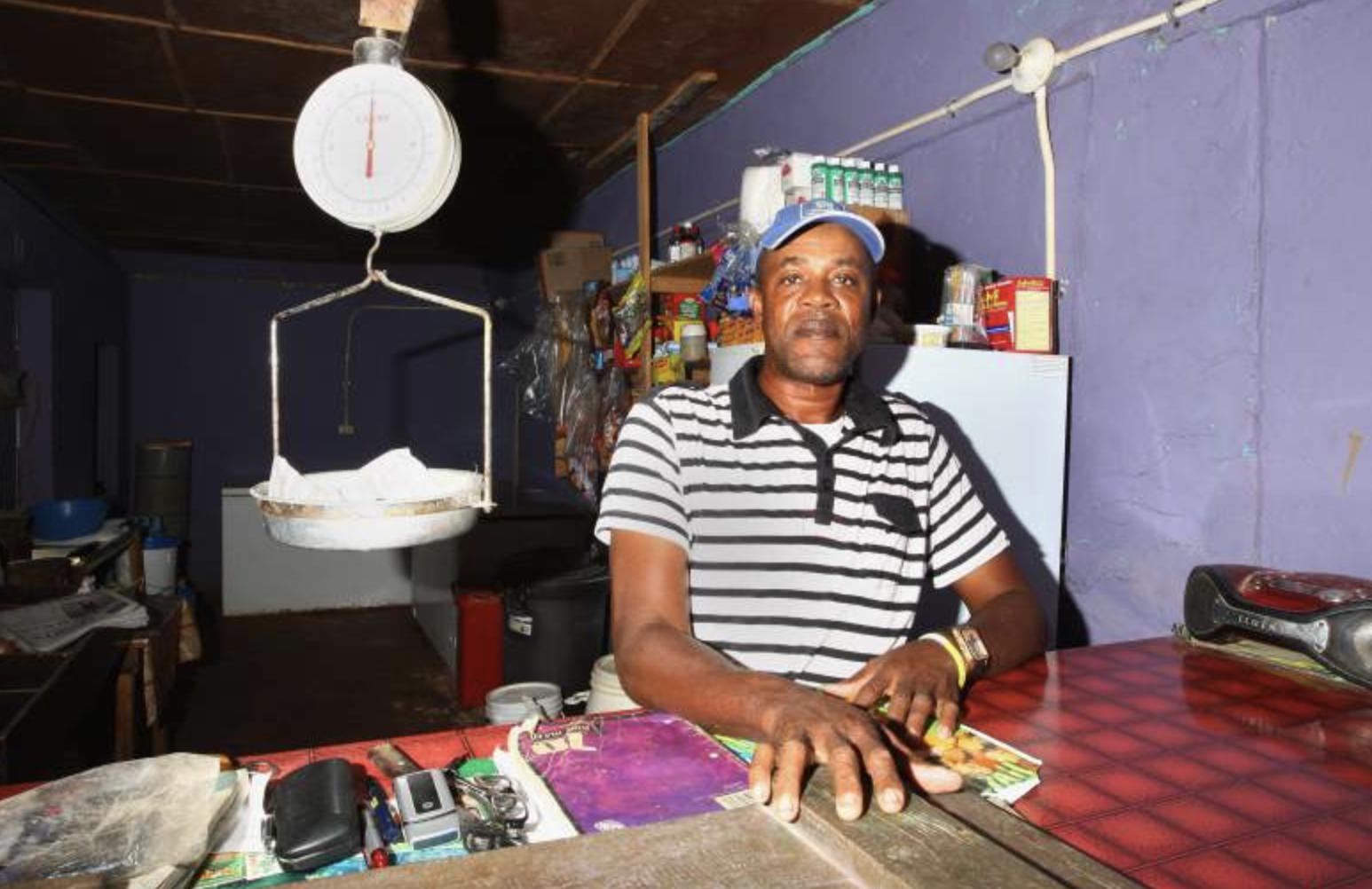 Padre de Usain Bolt trabajando en su tienda de víveres